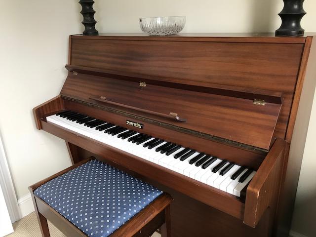 Zender upright piano Image